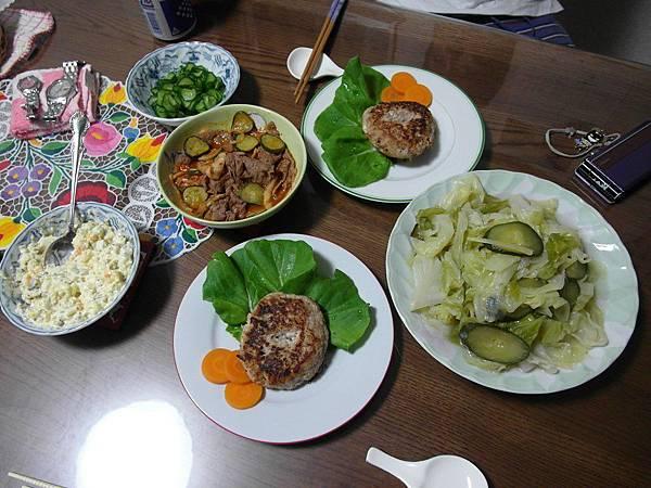 晚餐:炒小黃瓜高麗菜/泡菜牛肉又出現/漬小黃瓜也出現了/還挑戰日本家庭料理之漢堡排配自製塔塔醬,讚啊!
