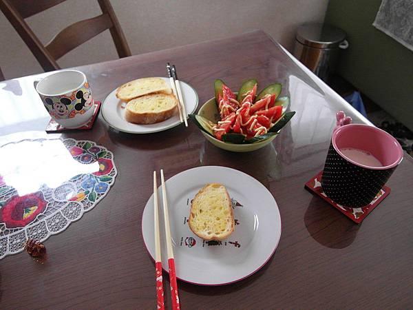 8/1 早餐:烤法國麵包/蔬果沙拉/牛奶