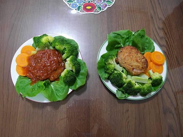 晚餐還是漢堡排,但醬汁換成蕃茄口味~配菜也比昨天多。