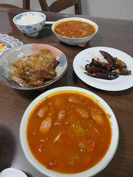 今日晚餐:橘紅色那碗燉湯是葉大師作品,看起來超虛的茄子是我炒的,照燒雞腿排是超市買的。