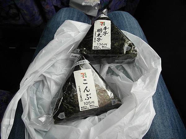 婆婆給我二顆飯糰和一罐茶,在車上餓了可以吃,想得好周到喔~蠢婦我完全沒帶任何東西來=_=