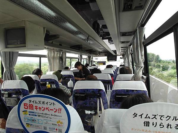 我們參加的是二天一晚的巴士旅遊(在巴士移動中過夜),導遊小姐正在發資料,長得有點像早期的深田恭子唷。