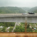 如圖~群馬縣的高速公路真的好高啊~這裡很多山和高原,沿途風景美得不得了~