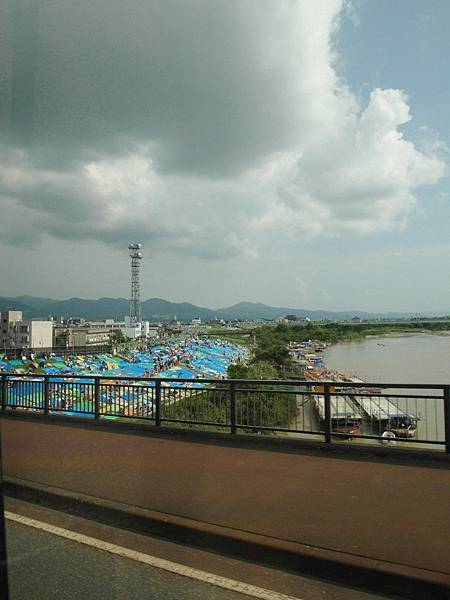 下午三點半左右到達長岡,河堤邊好多人已舖上野餐墊佔好位子。天空那片有點不妙