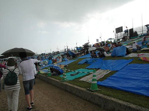 走到河堤邊,開始下起黃豆大的雨滴,陽傘變雨傘