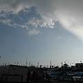 圖右上的大厚雲遲遲不走,等了一小時左右大雨才漸停,但託它的福,我有看到彩虹唷!