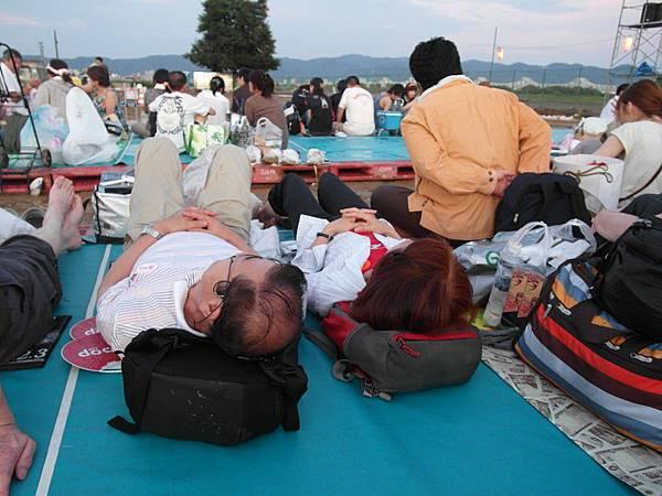 前方的夫婦躺得很舒服,因為後排的人還沒來。