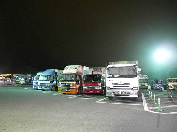 凌晨的高速公路休息區停滿休息中大卡車。
