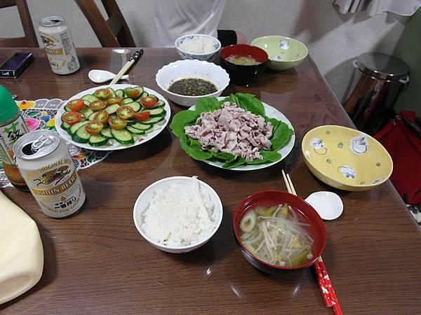 晚餐是涮豬肉片/蔬菜沙拉/小黃瓜湯(小黃瓜怎麼吃都吃不完!超苦惱)