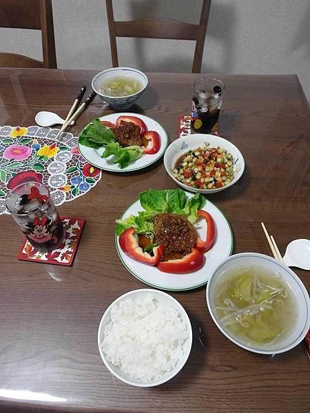 今日晚餐:蕃茄醬汁口味漢堡排/涼拌時蔬/小黃瓜湯again