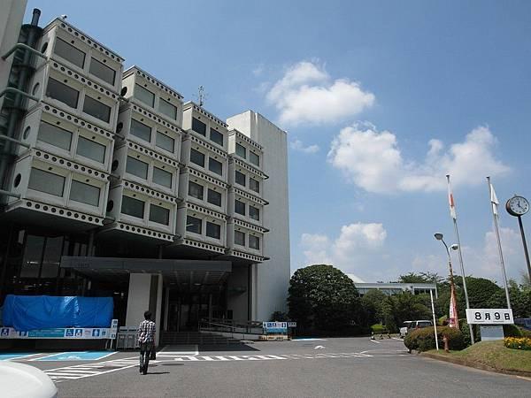 來到外觀很妙的市役所(台灣叫區公所)