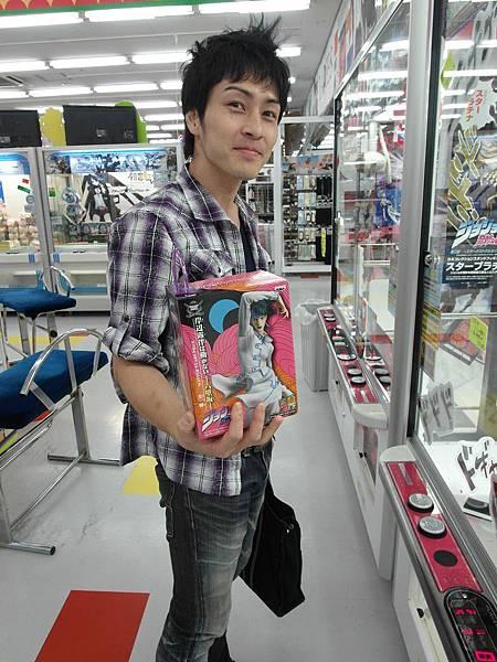 申請完網路之後,來到這裡看到JOJOの奇妙な冒険之抓娃娃機,某位大哥就潦下企勒。。。