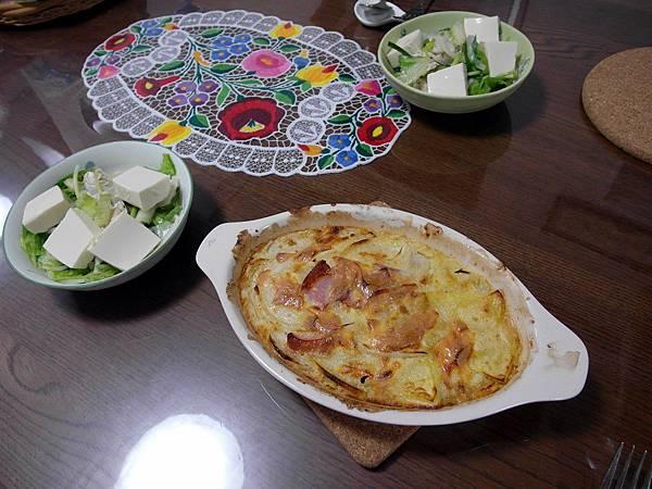 難得七點多就到家的葉大師主動做奶油焗飯和沙拉,算是賠昨天晚歸的罪。
