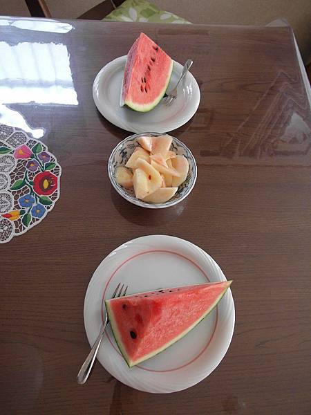 8/12 太熱了,一早就啃西瓜和水蜜桃