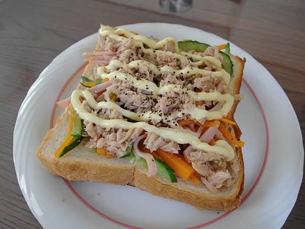 用剩下的火腿三絲拌鮪魚配土司做午餐,好吃