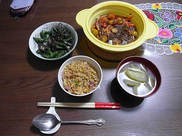 雞肉培根炒飯/四季豆拌黑芝麻/只用微波的牛肉蕃茄高麗菜,好吃/小黃瓜湯