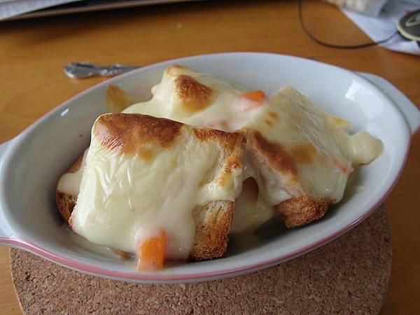 8/14 早上我睡過頭了,葉大師自己弄了奶油焗土司,醬汁是速食包,還留一份給我,口味還不賴!