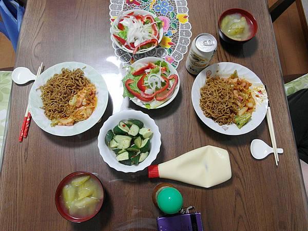 泡菜炒麵/蔬菜沙拉/醋酸小黃瓜/小黃瓜湯