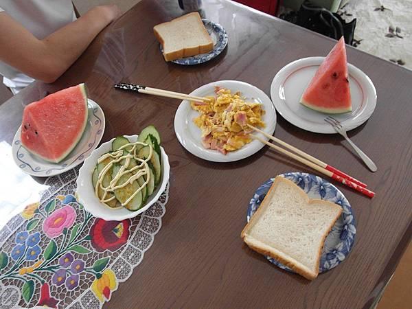 8/17 今日早餐由葉大師負責,他工作放假=我料理放假,真好!