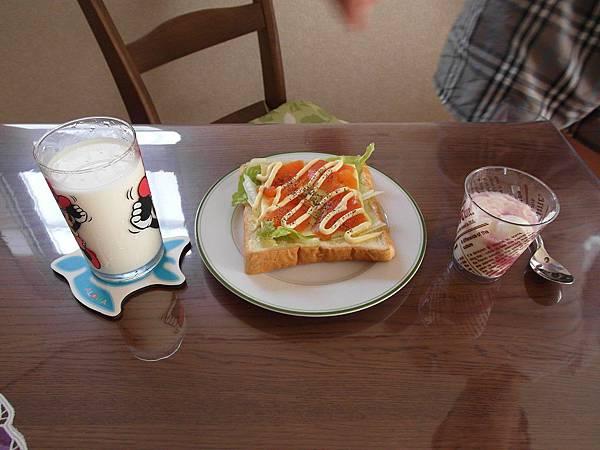 8/18 早餐:煄鮭魚生菜土司/葡萄可爾必思優格,五顆星/牛奶