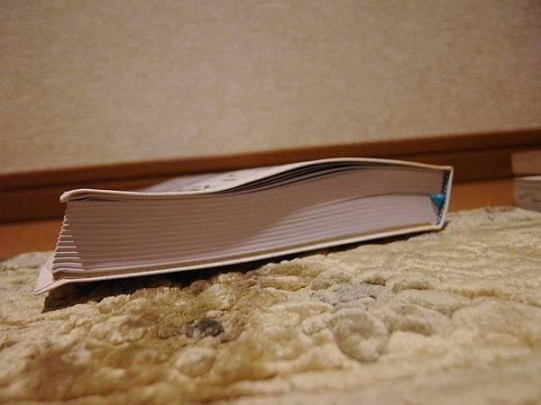 部份的書被撞得歪歪的。