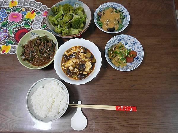 晚餐:麻婆茄子/清蒸茄子拌味噌醬/酒炒花椰菜/剩菜二品