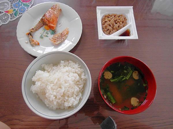8/20 早餐超日式:煎鮭魚/納豆/味噌湯