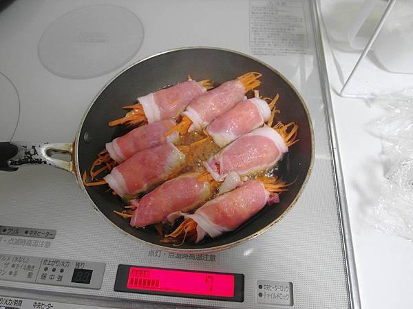 晚餐的胡蘿蔔豬肉捲~放進鍋裡發覺它們長得好像螃蟹!!!