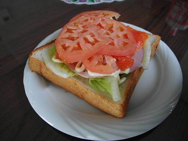 8/22 早餐很營養,蕃茄燻鮭魚火腿生菜土司