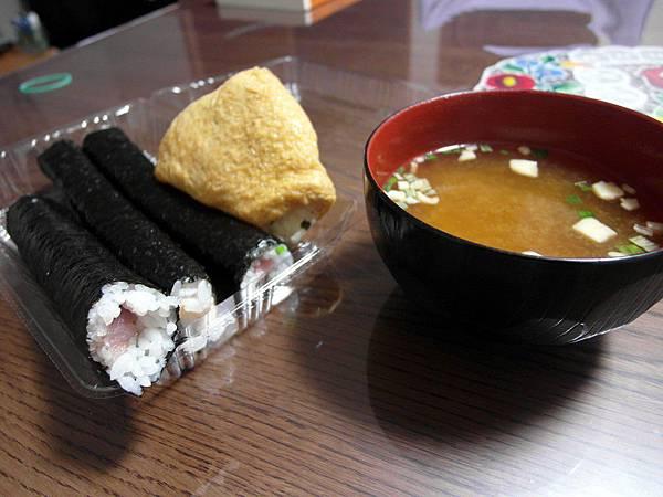 自己一個人很好打發,晚上去超市買三條細壽司捲和一塊柚子蔬菜口味的稻荷壽司配味噌湯