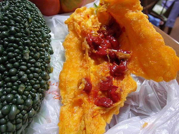 然後看到山苦瓜自爆後的樣子,種子都變紅了~但聽說還是可以吃,而且比較不苦,越黃瓜肉越鬆軟,碰一下就解體。