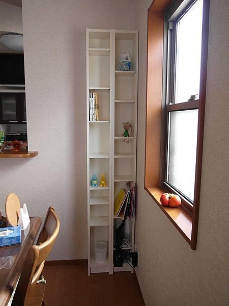一樓餐桌旁一直想要櫃子放小物和書,無奈空間不大一直找不到心怡合適的,這下總算達成心願☆