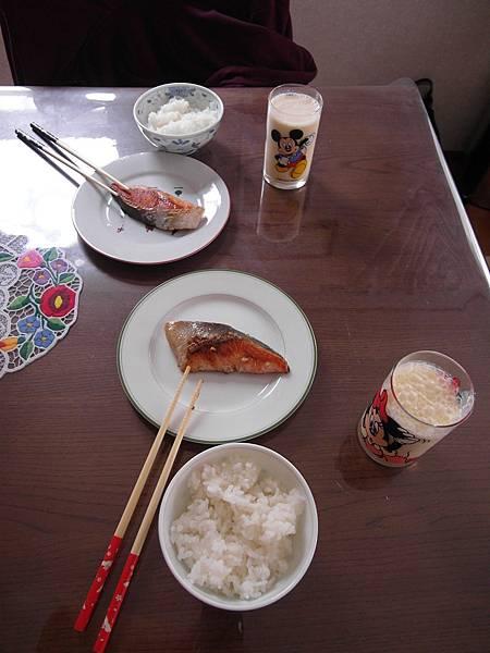8/27 今天很青菜~白飯配煎鮭魚/香蕉牛奶,that's all.