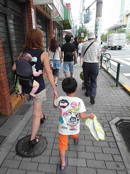 和公公,大嫂及她三個兒子一起搭電車去錦糸町的葉大姐家