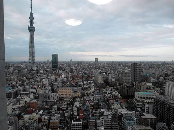 從大姐家看出來的東京一景,高高那根就是天空樹Sky Tree,明年完工幹掉東京鐵塔。很期待它亮燈的樣子!