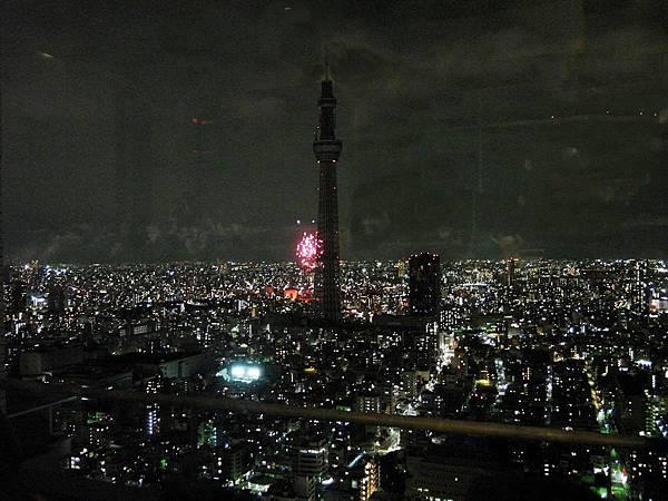 隅田川煙火施放點就在天空樹後面。一開始都被天空樹擋到了而且有點遠,不過在大樓頂樓看兼看夜景也很讚!