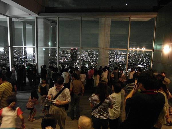 頂樓來了很多人呢~每戶都有一張限制人數的觀賞卷,要憑卷才能上來看。