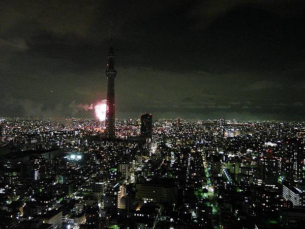 再來一張東京樹擋住煙火的照片:P