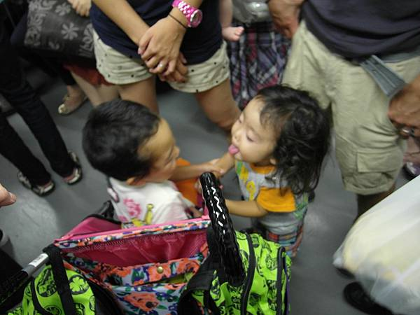 在電車裡玩互舔舌頭的遊戲
