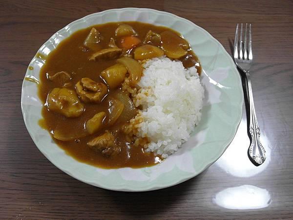 晚餐是第一次挑戰咖哩飯喔!味道還不賴~