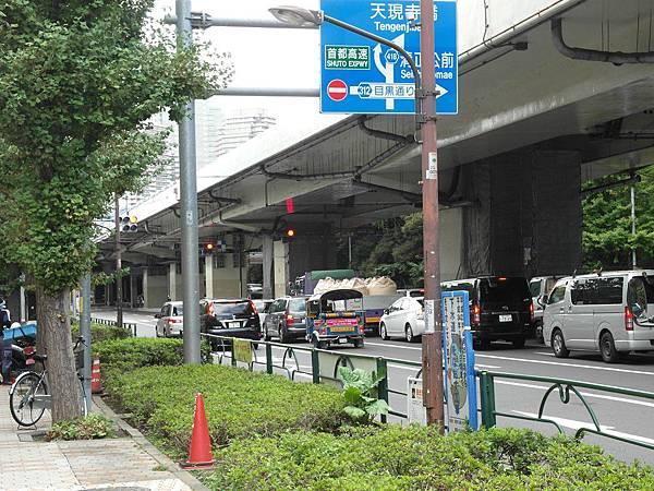 照片重點在只有泰柬等地才看得到的嘟嘟車竟然在東京街上跑!!!