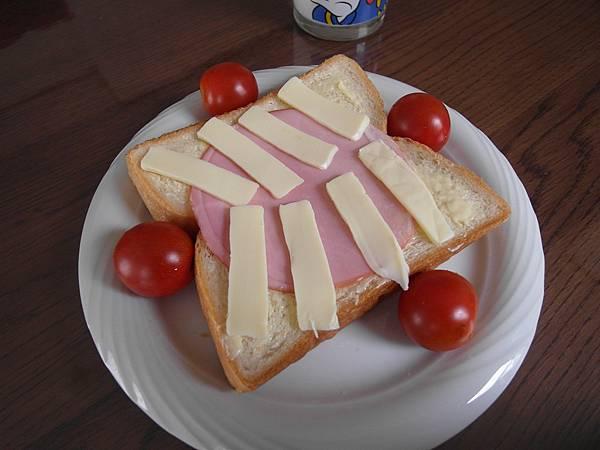 9/2 長得很奇怪的早餐,其實還不錯吃~真的!火腿和切成長條的起司,小蕃茄是自家種的~