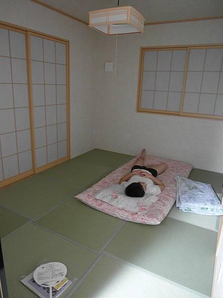 吃飽就躺在和室睡著了。我有時候午休也會躺在這裡,睡在布團上很舒服。