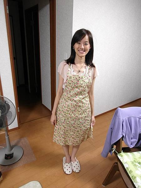 終於買了圍裙,在煎炒東西時會噴油或汁有圍裙就安心了~但也不便宜普遍都要1、2千円起跳,最後挑了這件超便宜990円且可以接受的花樣。
