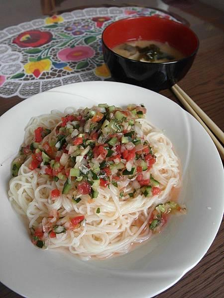 午餐是前幾天晚餐淋煎魚剩下的醬,帶點酸味拌麵線夏天吃很清爽~