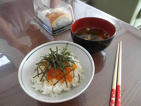 9/10 早餐是鮭魚卵,配味噌湯和蛋糕。