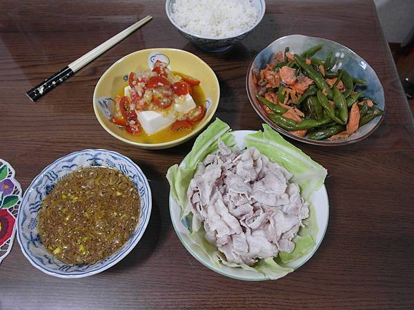 晚餐:醋漬洋蔥小蕃茄淋豆腐/奶油鮭魚四季豆/涮豬肉配自製沾醬。