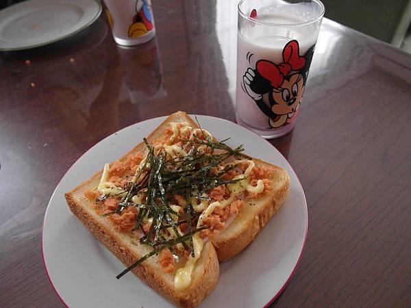 9/11 火腿鮭魚鬆土司/葡萄可爾必思牛奶