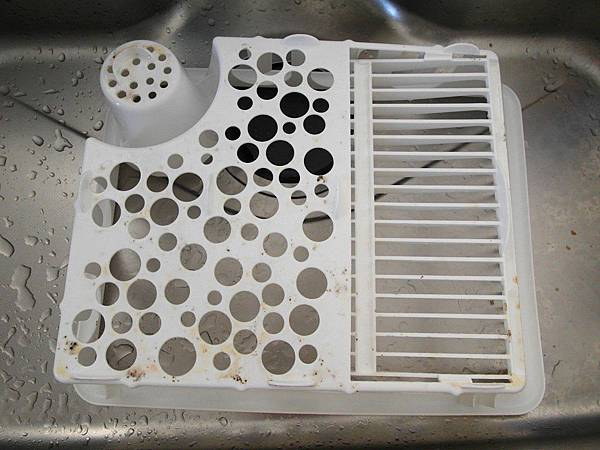 今天是每週固定的打掃日。但第一次翻開滴水的籃子,快二個月沒注意的結果是黃水垢和長了一些黴菌太噁心了!馬上沖漂白水!以後要每週翻過來洗一次才行。