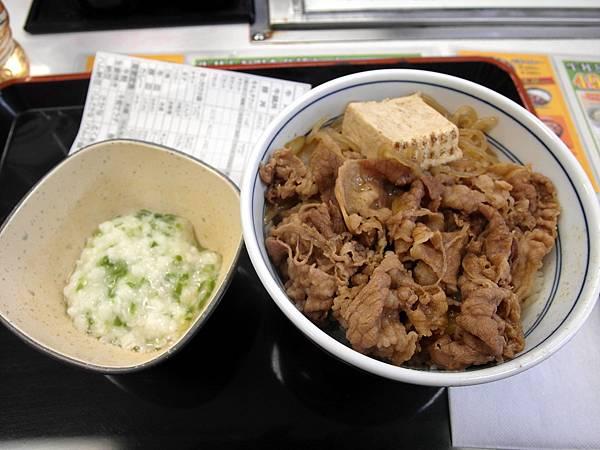 簽證貼紙一下就拿到了~中午就在渋谷的吉野屋吃新口味牛鍋丼280円&追加一份山藥秋葵90円=370円~便宜又好吃~